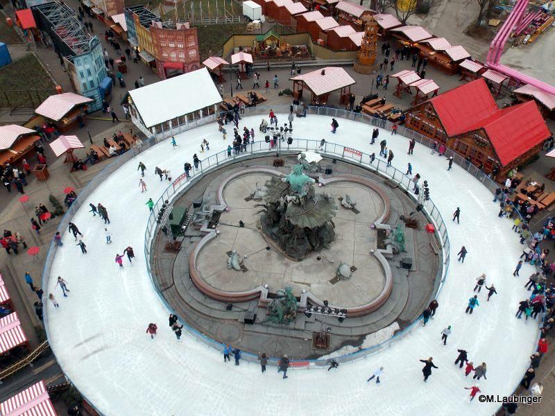 Eiswelt am Neptunbrunnen am Tage mit Schlittschuhfahren